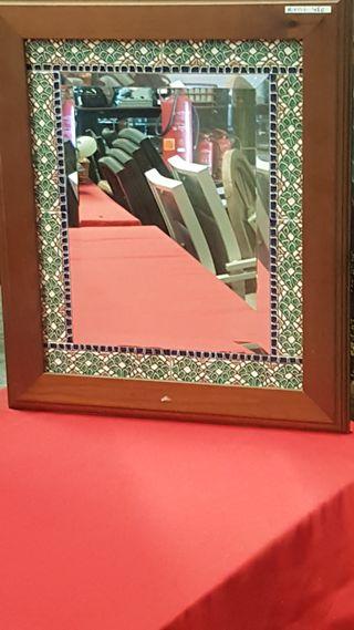 Espejo con cenefa de azulejo