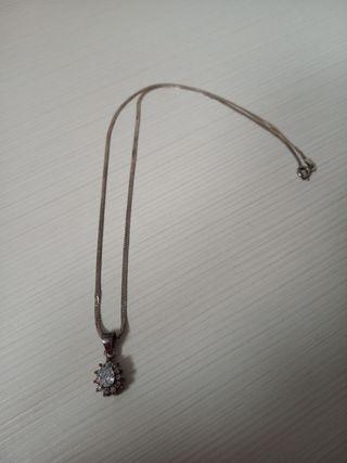 Collar de plata con adorno de piedra
