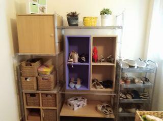estantería metálica con cubos de madera