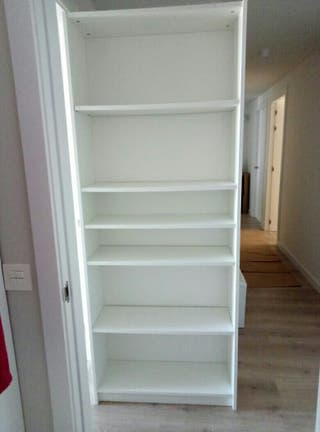 Mueble estantería blanca de madera.