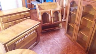 Conjunto de muebles de madera.