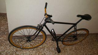 Bici Fixie Kamikaze negra y dorada.