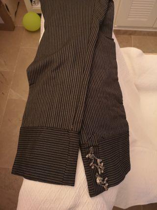 pantalón de corto con carieles