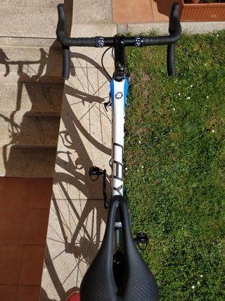 Bicicleta de carretera Focus Cayo Full ultegra