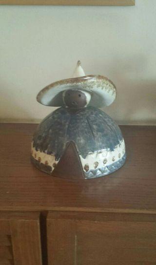 Figura cerámica con base aterciopelada