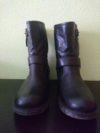 Botas de piel.