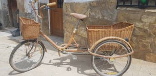 Triciclo años 50 de mimbre.