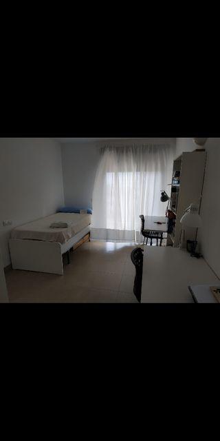 Cama, mesas y estantería