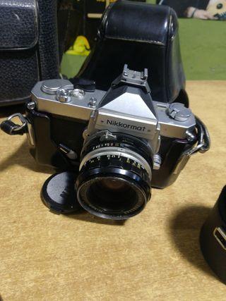 Antigua cámara Nikon Nikkomart con objetivos