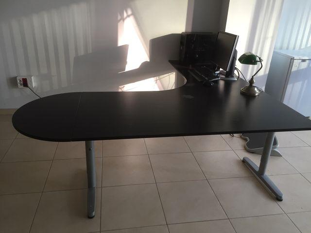 Mesa de oficina IKEA de segunda mano por 130 € en Sevilla en WALLAPOP