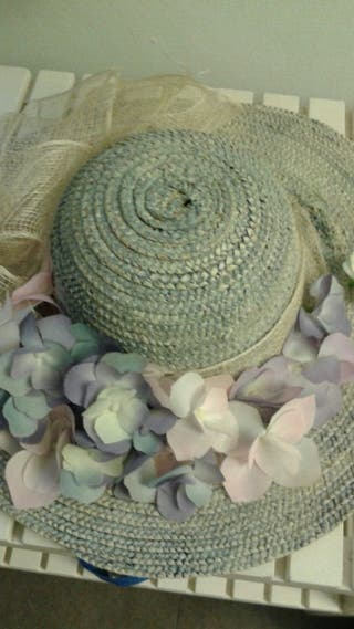 Sombrero de paja decorado con hortensias