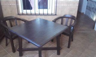 Dos sillas y una mesa de madera
