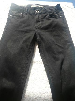 pantalon negro de zara.