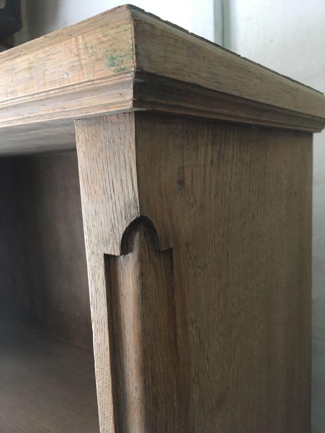 Estilizada estantería de roble macizo