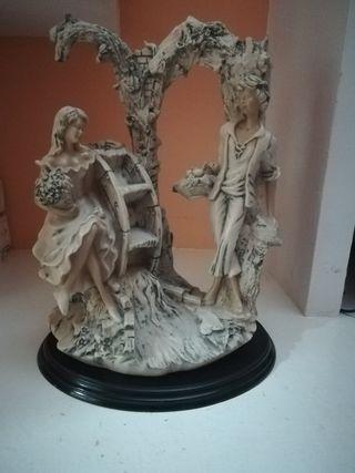 figura de resina grande con pie de madera