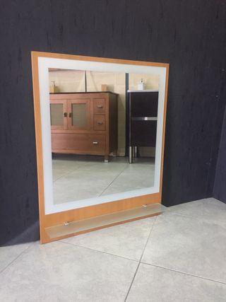 Espejo de madera con balda de cristal