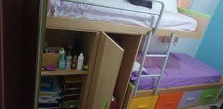 escritorio y cama espaciosos