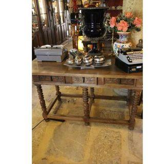 Antigua mesa de madera de nogal