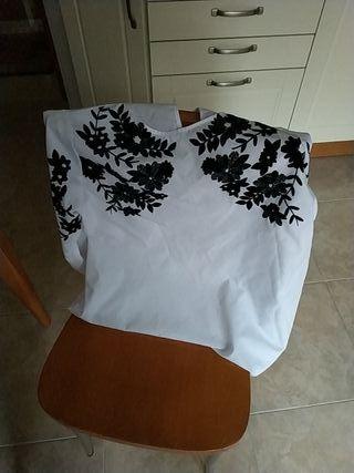blusa blanca con bordados negros.Nueva