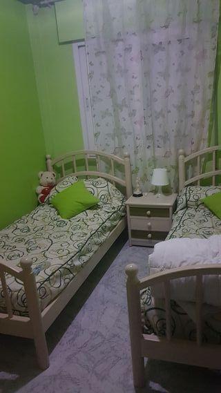 dos camas individuales +mesita