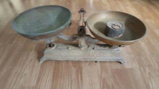 balanza antigua con peso de 1 kl.