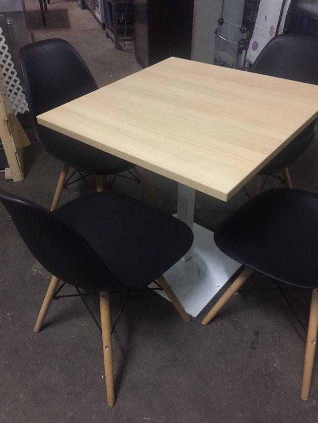 Juego de Mesa con sillas de diseño