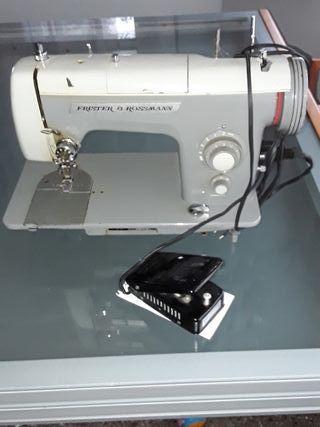 máquina de coser antigua con pedal