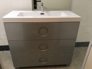 Mueble de baño con grifo