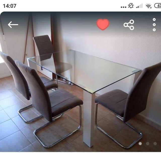Mesa de comedor sin sillas