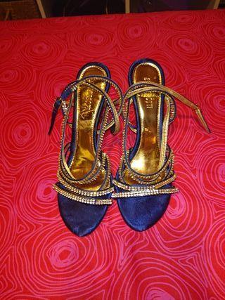 Zapato de vestir azul y brillante