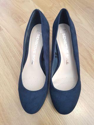 Selling navy blue size 6 kitten heels.