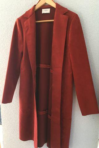 Abrigo entretiempo imitación ante de color rojo