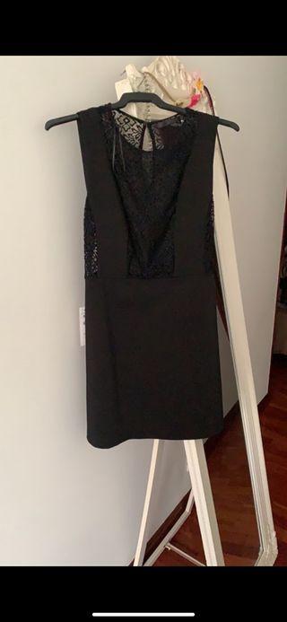 Vestido mini con puntilla de Zara