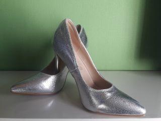 zapato salón plateado