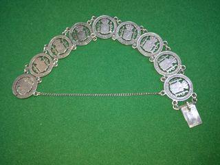 Curiosa pulsera de plata confeccionada con 9 moned