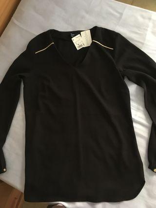 Blusa negra con detalles dorados