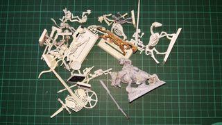 esqueletos Warhammer y figura orco completa
