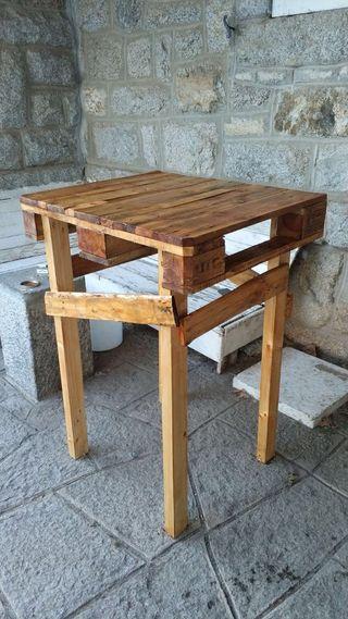Mesas altas hechas con palets