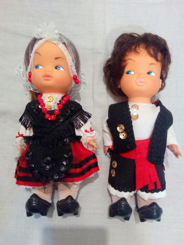 Pareja de muñecas con traje regional