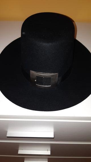 sombrero de ala ancha y zapatos a juego