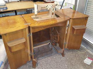 Máquina Singer de coser, con mueble plegable