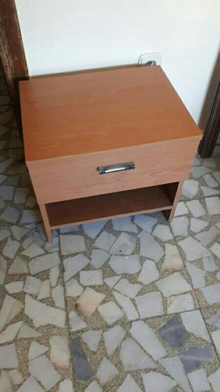 Mesilla de madera. 1 cajón