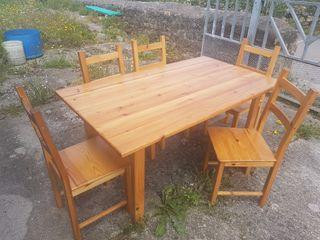 Mesa y sillas de pino.