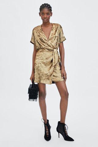 Vestido cruzado con brillo de Zara