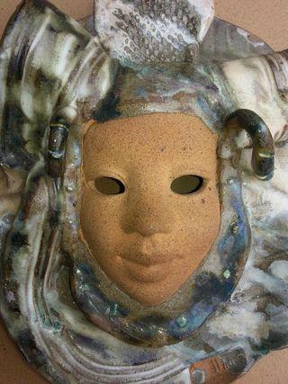 Máscara cáramica de artesanía hecha a mano
