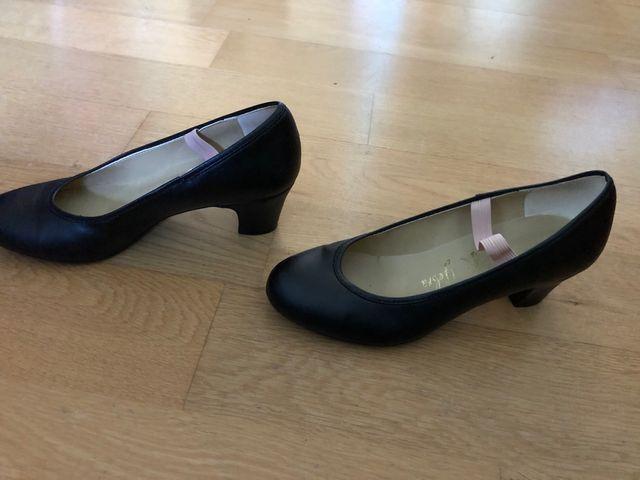 Zapato baile niña y sonajero tortuga