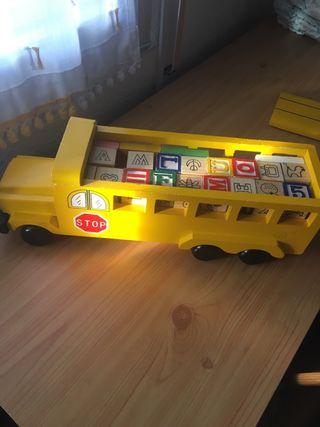 Camión de madera con dados