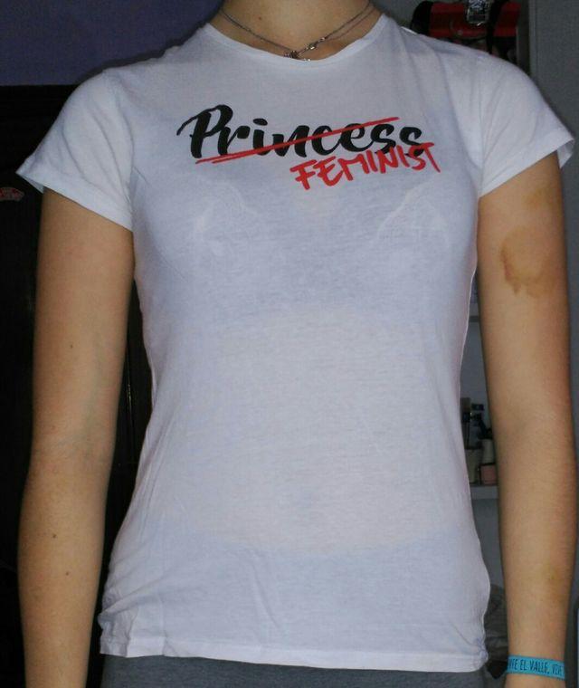 conseguir barato diseñador de moda Reino Unido Camiseta feminist de segunda mano por 3 € en Gijón en WALLAPOP
