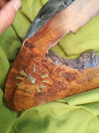 reloj hecho a mano de madera