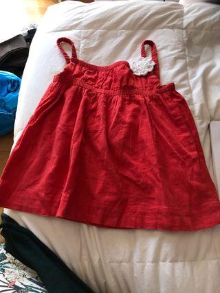 Vestido rojo con flor
